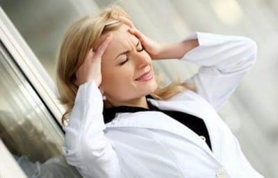 Из-за стресса человек  усталым